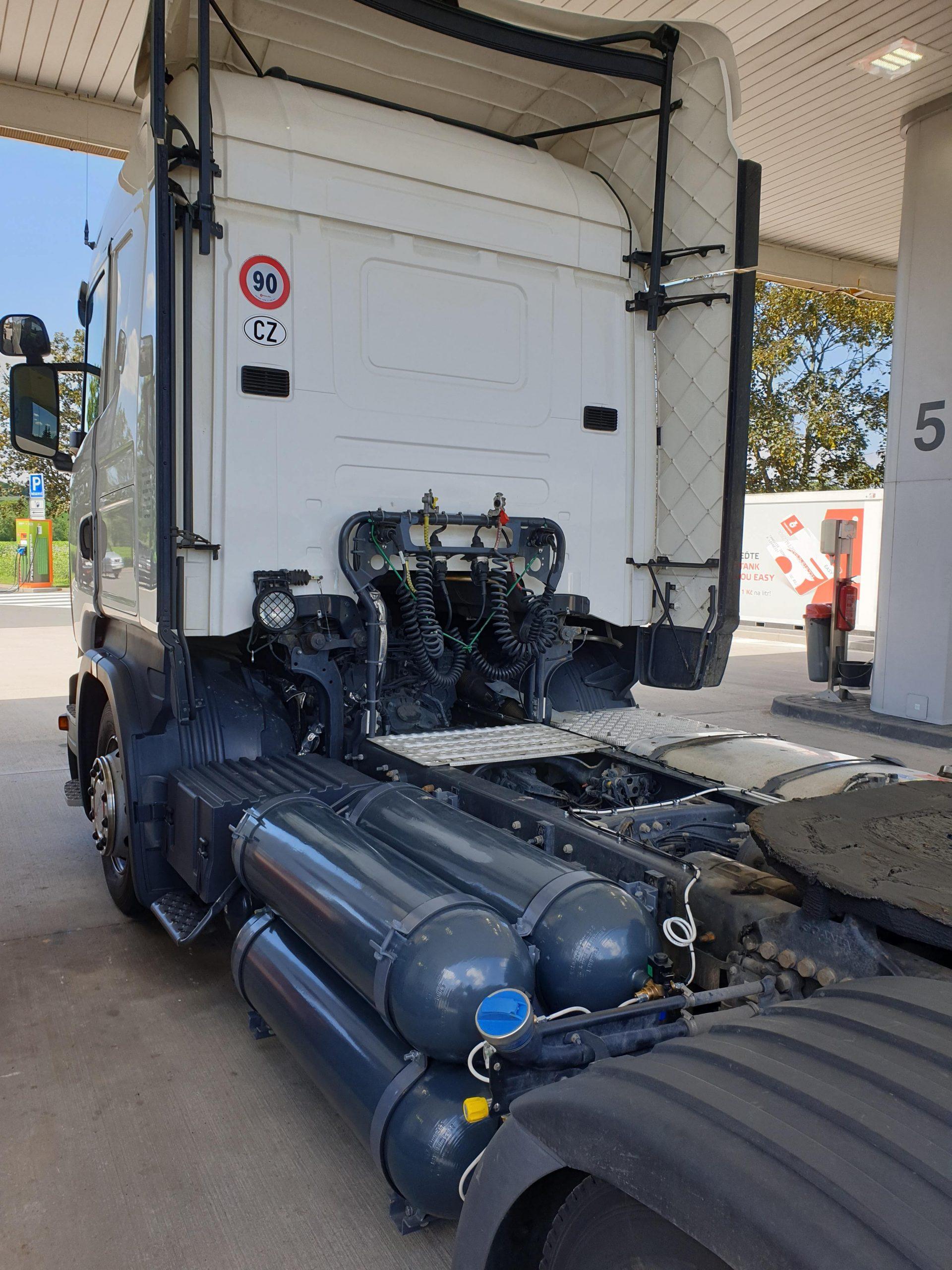 Diesel-cng první tankování Scanie s duálním pohonem