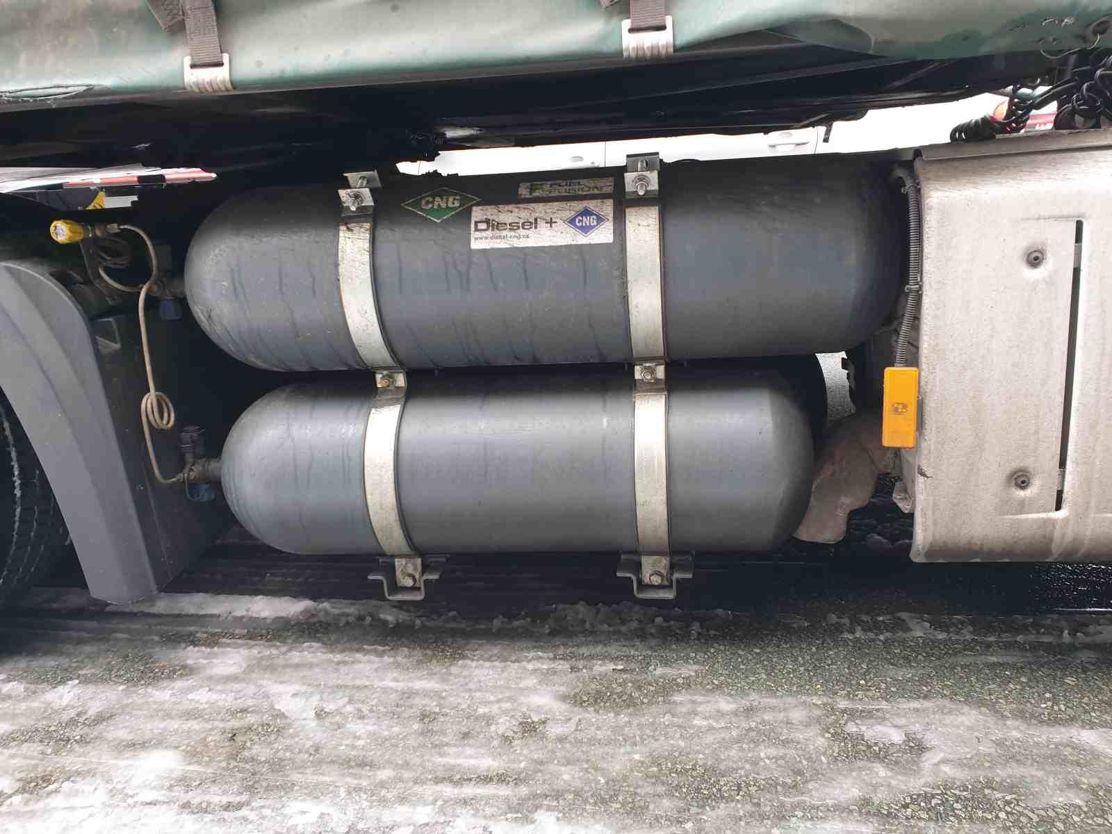Mercedes Actros 1845 Diesel CNG - duální pohon nafta a CNG nádrže CNG a úprava výfuku