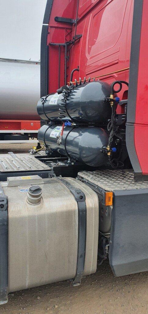 Volvo FH 500 duální pohon diesel CNG nádrže za kabinou