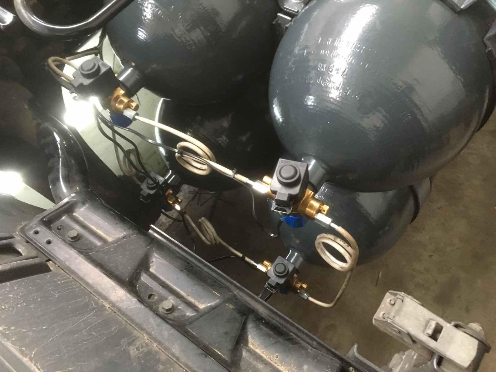 Propojení nádrží CNG na tahači